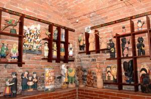 Fragment wystawy Rzeźba po kutnowsku w Muzeum Regionalnym w Kutnie Fot. Michał Jabłoński 300x198 - Wyjątkowe Muzea w Kutnie - Regionalne, Bitwy nad Bzurą, Pałac Saski