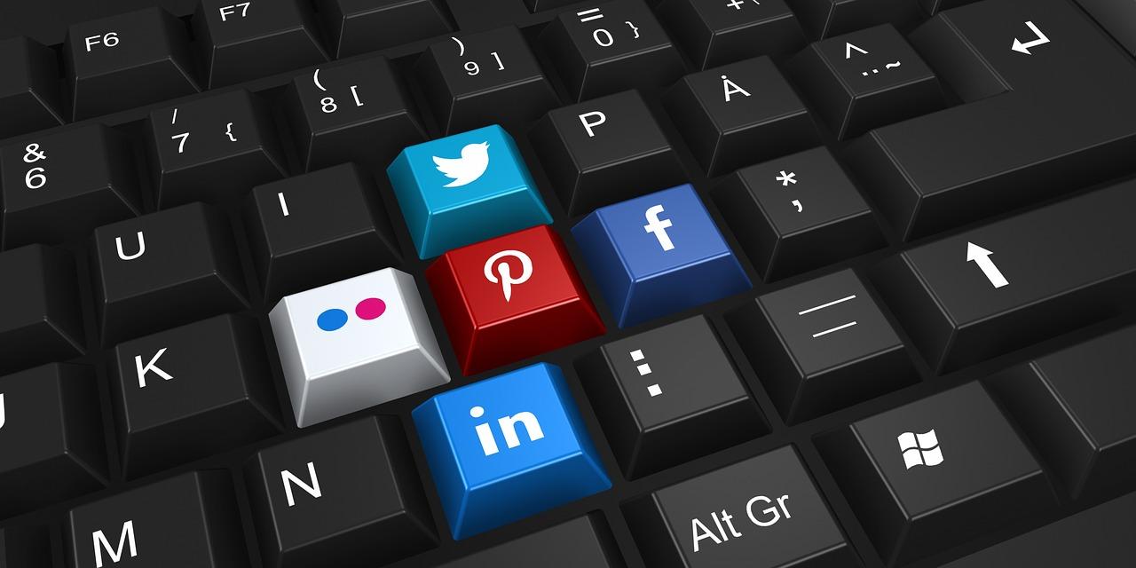 social networking 2187996 1280 - Jak komunikować się i budować dobre relacje z gośćmi?