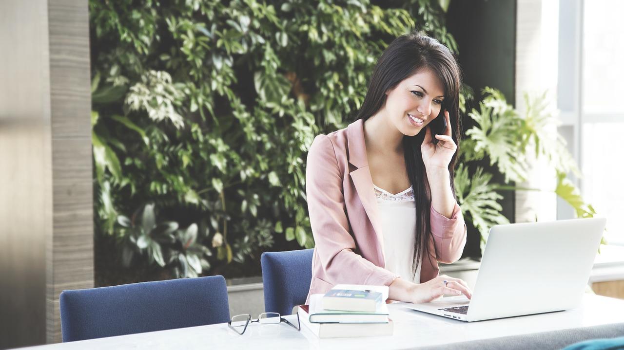 woman 690036 1280 - Jak komunikować się i budować dobre relacje z gośćmi?