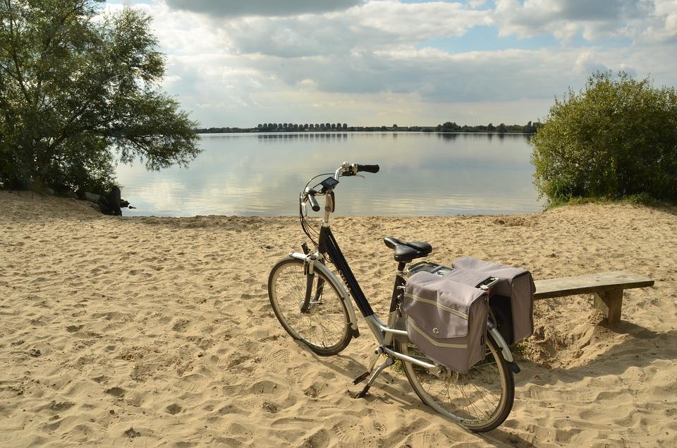 bicycle 1682899 960 720 - Aktywna majówka nad morzem - gdzie jechać, co robić