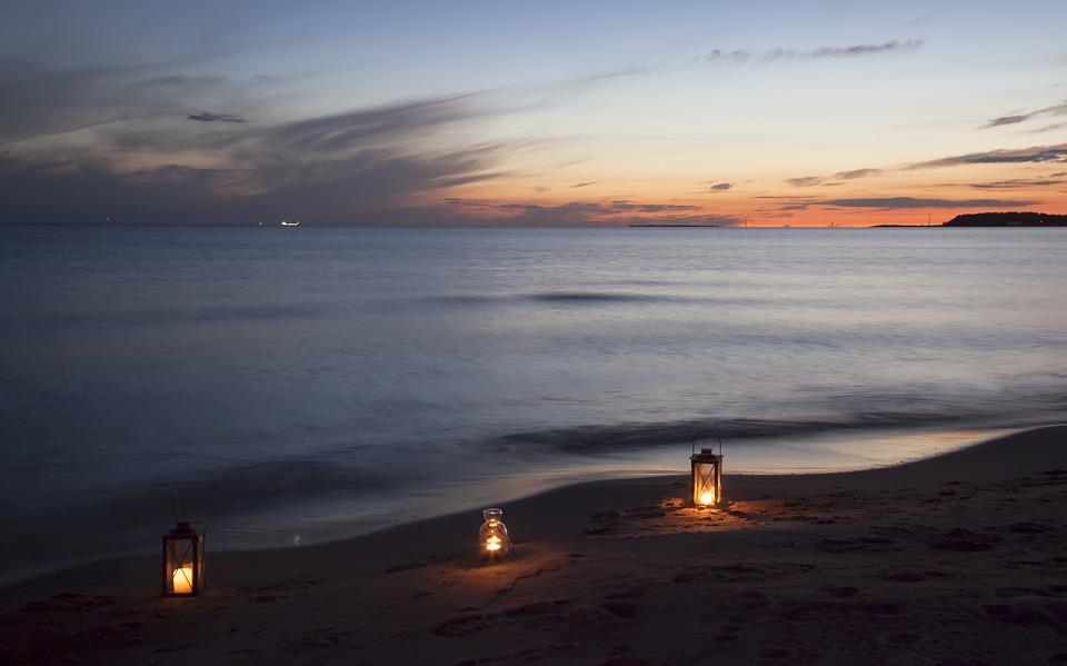 plaża nocą - Gdzie spędzić Wielkanoc nad morzem, aby wreszcie odpocząć