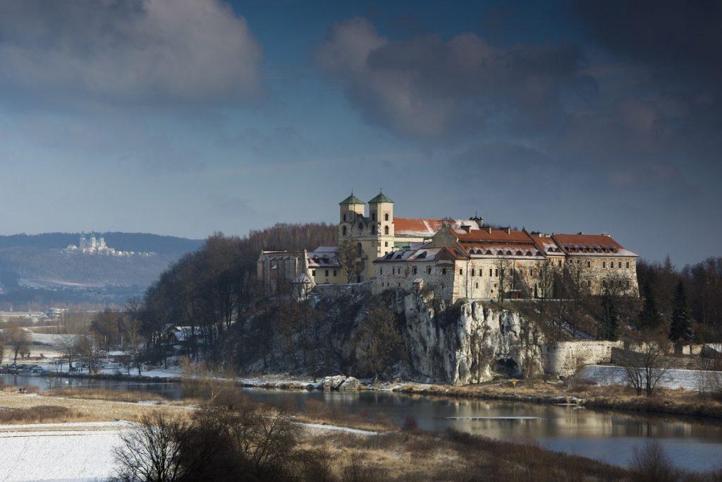 Opactwo Benedyktynów w Tyńcu w zimowej szacie 1024x683 - Jurty na Kaszubach? Sprawdź to i inne wyjątkowe miejsca w Polsce, które musisz zobaczyć!