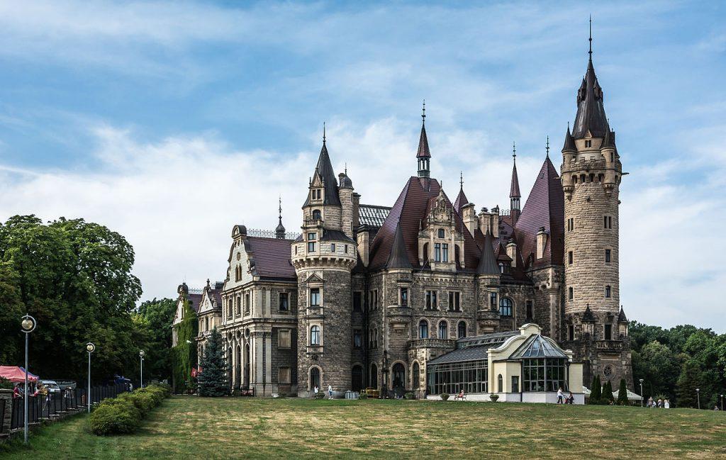 Zamek Moszna   wschodnie skrzydło 1024x649 - Jurty na Kaszubach? Sprawdź to i inne wyjątkowe miejsca w Polsce, które musisz zobaczyć!