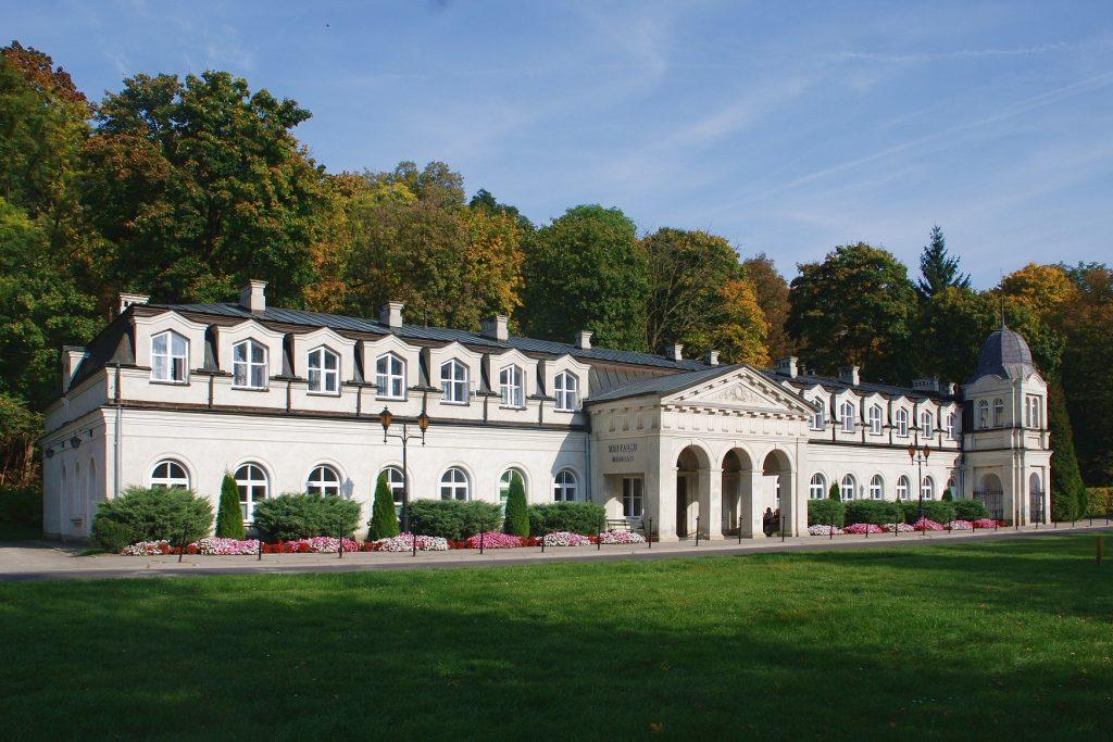 """Nałęczów sanatorium """"Stare Łazienki"""" widok ogólny 1024x683 - City break - 5 idealnych miast, by cieszyć się jesienią."""