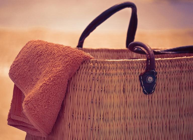beach bag and towel 2079846 1920 - Wyróżnij się, czyli 7 sposobów, by zaskoczyć swoich gości podczas pobytu