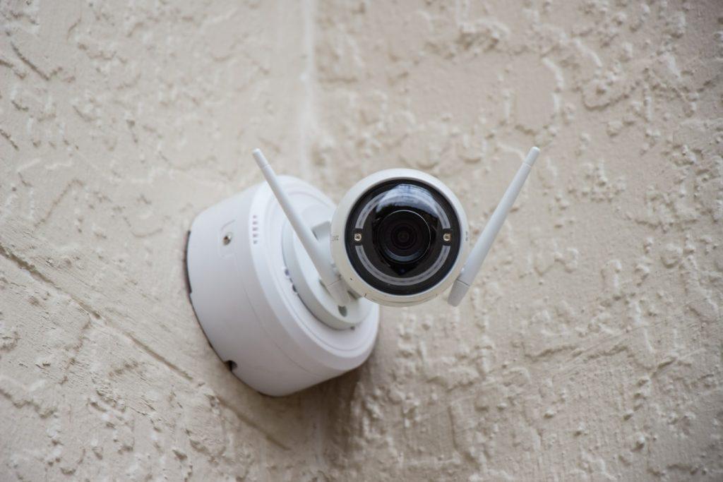 camera 1024x683 - Jak poprawić bezpieczeństwo obiektu noclegowego na zewnątrz?