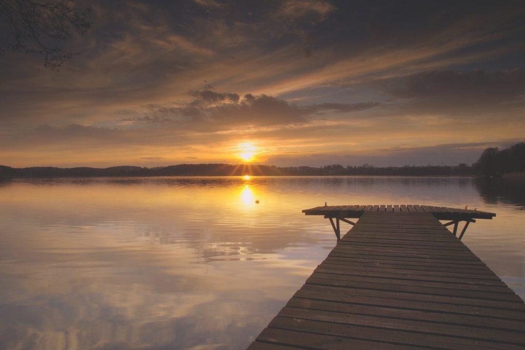 lake 2263858 1280 1024x682 - Wakacje nad jeziorem - na Mazurach, Pomorzu Zachodnim czy w górach?