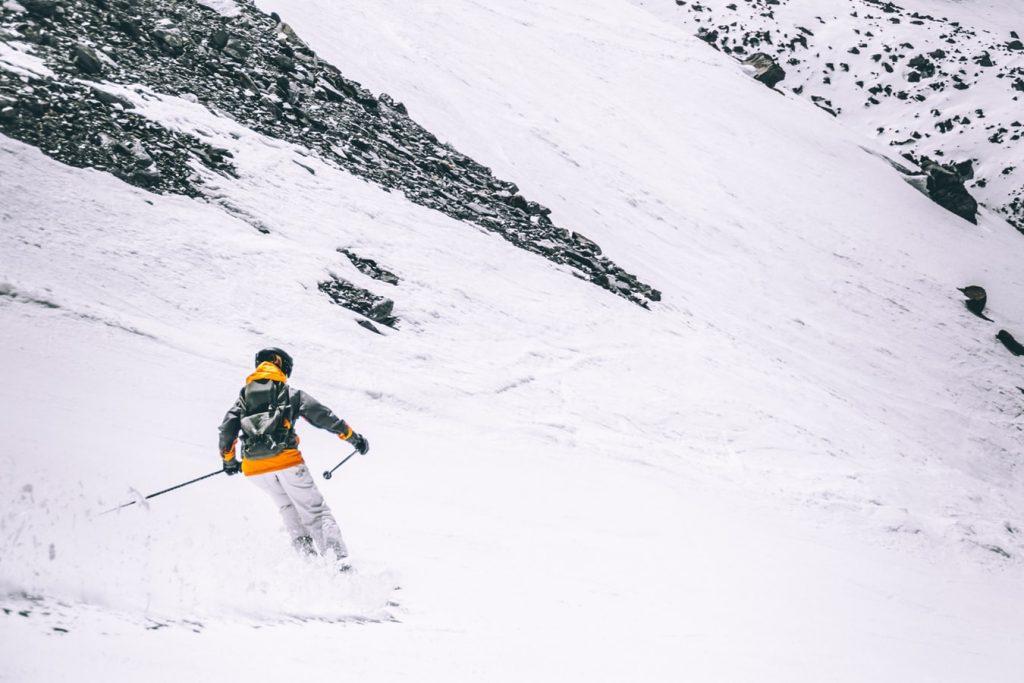 photo 1516384819783 928bb6d6ebea 1024x683 - Kolory tras narciarskich. Na co zwrócić uwagę na nartach, czyli savoir vivre na stoku.
