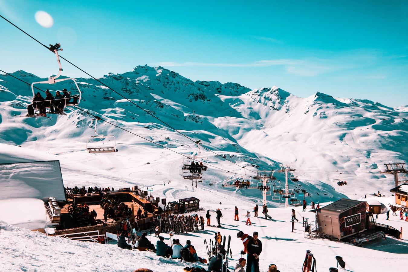 photo 1519659675643 e5885721661f 2 - Kolory tras narciarskich. Na co zwrócić uwagę na nartach, czyli savoir vivre na stoku.