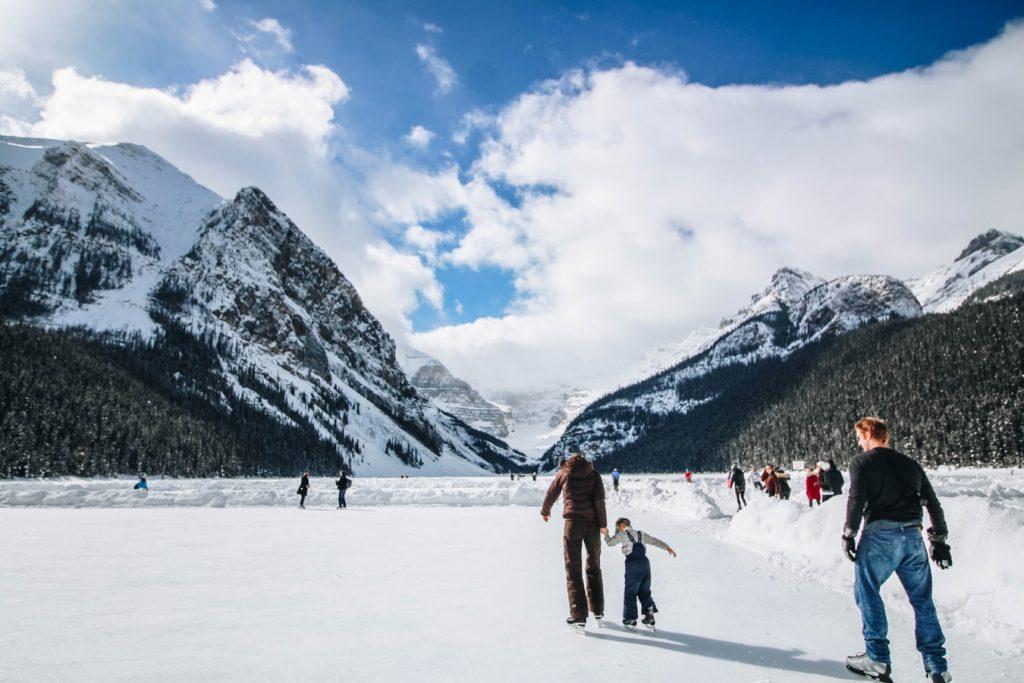 photo 1526991757821 1307bf7800f6 1024x683 - Pomysły na zimowe wyjazdy. Klasyczne górskie destynacje.