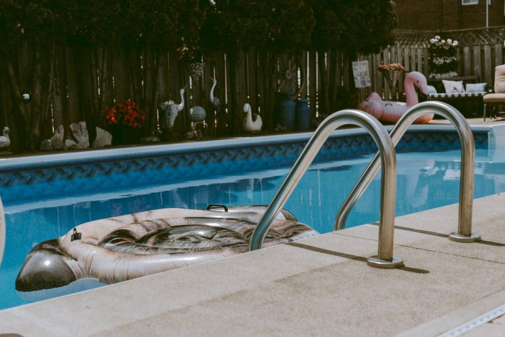 pool 1024x683 - Jak poprawić bezpieczeństwo obiektu noclegowego na zewnątrz?