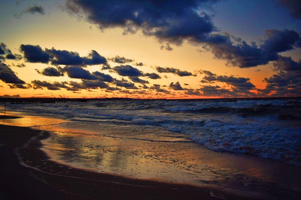 sunset 3956182 1280 1024x683 - Bon turystyczny nad morzem - gdzie jechać w 2021?