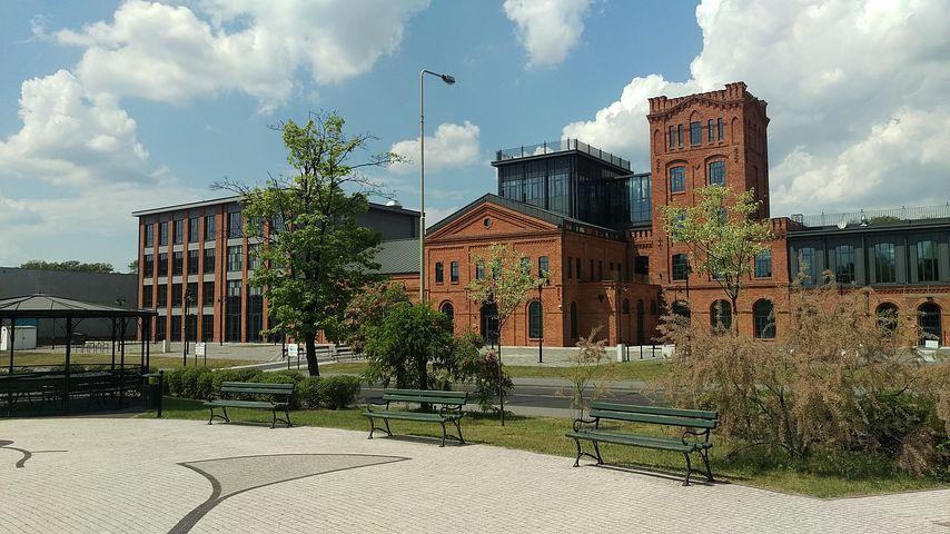 the historical building of the priests mill 2287278  480 - Sesja ślubna - gdzie najlepiej ją wykonać? Miejsca na plener w Polsce