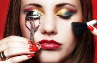 Sylwestrowa noc już blisko a Ty wciąż nie wiesz jaki makijaż wybrać? Boisz się, że wydasz majątek? Chcesz iść do wizażystki? Do wspaniałego makijażu sylwestrowego wystarczą...