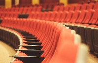 Czy spędziliście kiedykolwiek Sylwestra w teatrze? To naprawdę niezwykły sposób na ostatni wieczór w tym roku. Zobaczcie co proponują teatry w Waszym mieście. Sylwester w teatrze...