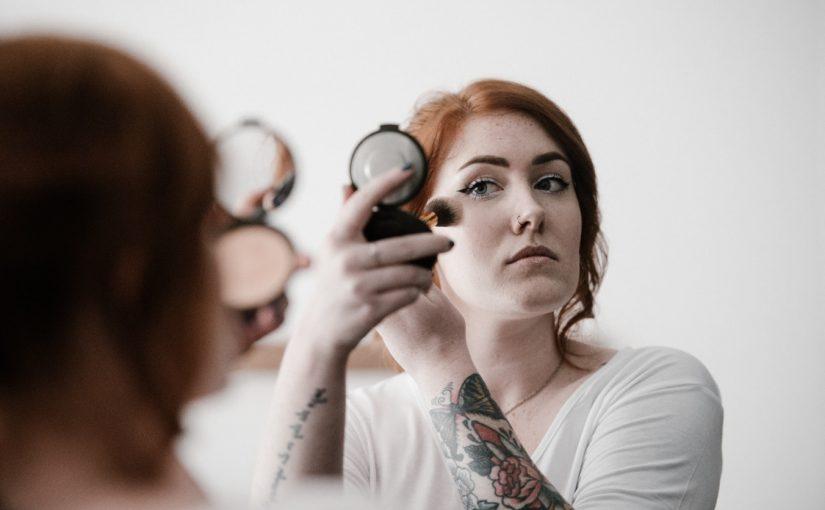 Makijaż i fryzura – najważniejsze elementy sylwestrowego wyglądu